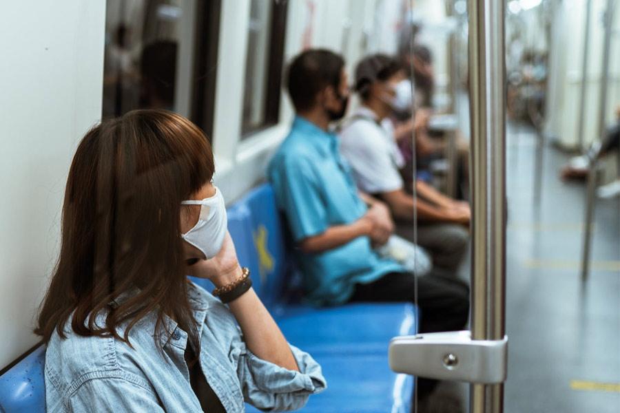 Mensen in de trein met een masker