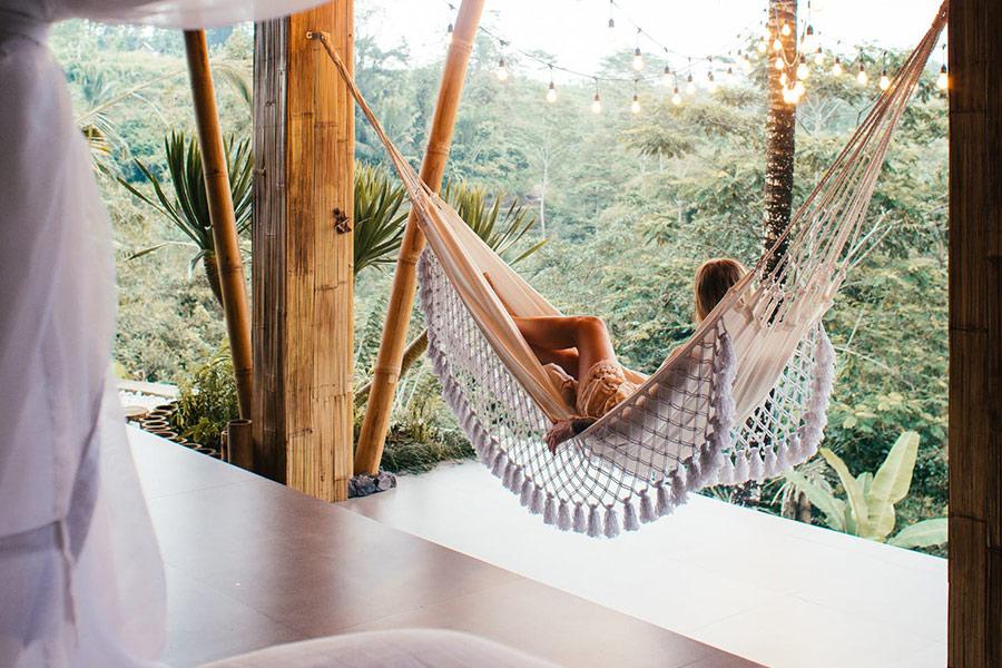 Vrouw in een hangmat in de tropen